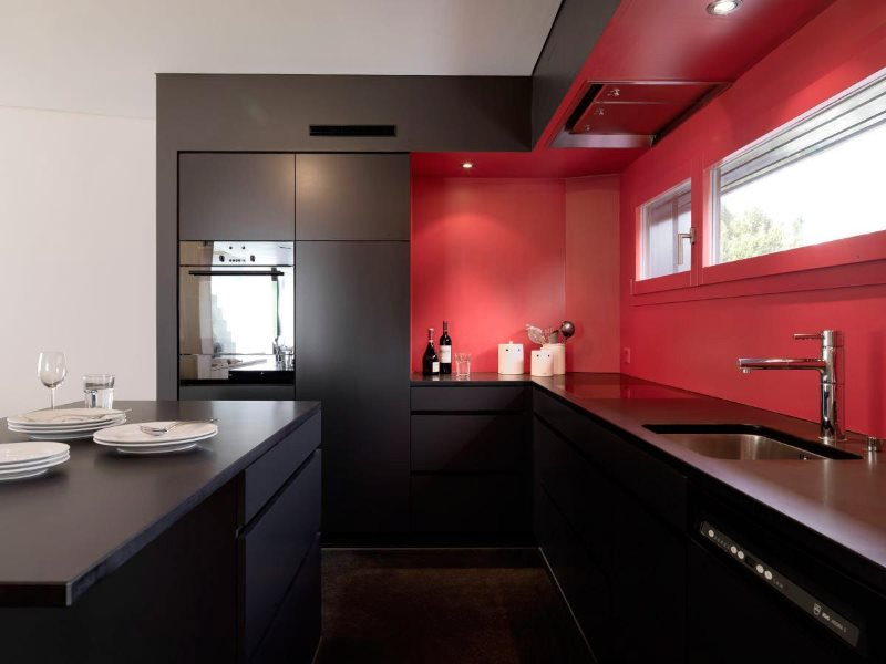 Красно-черная кухня в стиле минимализма