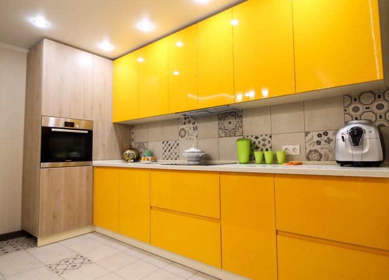 Глянцевые фасады кухни в оранжевом цвете