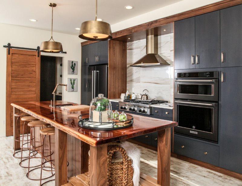 Деревянный остров в небольшой кухне-гостиной