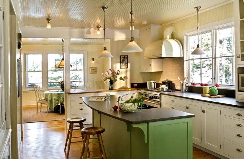 Кухня в частном доме с потолочными светильниками