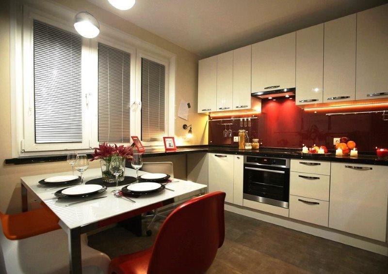 Освещение кухни с красным фартуком