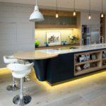 Желтая подсветка периметра кухонного острова