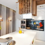 Деревянный светильник в интерьере кухни