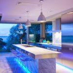 Голубая подсветка мраморной поверхности кухонного острова