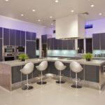 Просторная кухня в стиле хай-тек