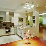 Яркое освещение кухни-столовой в частном доме