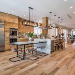 Деревянный пол в интерьере кухни