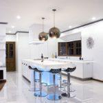 Белоснежная кухня с глянцевым полом