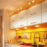 Желтый фартук в линейной кухне