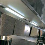 Лампы подсветки на нижней панели кухонного шкафчика