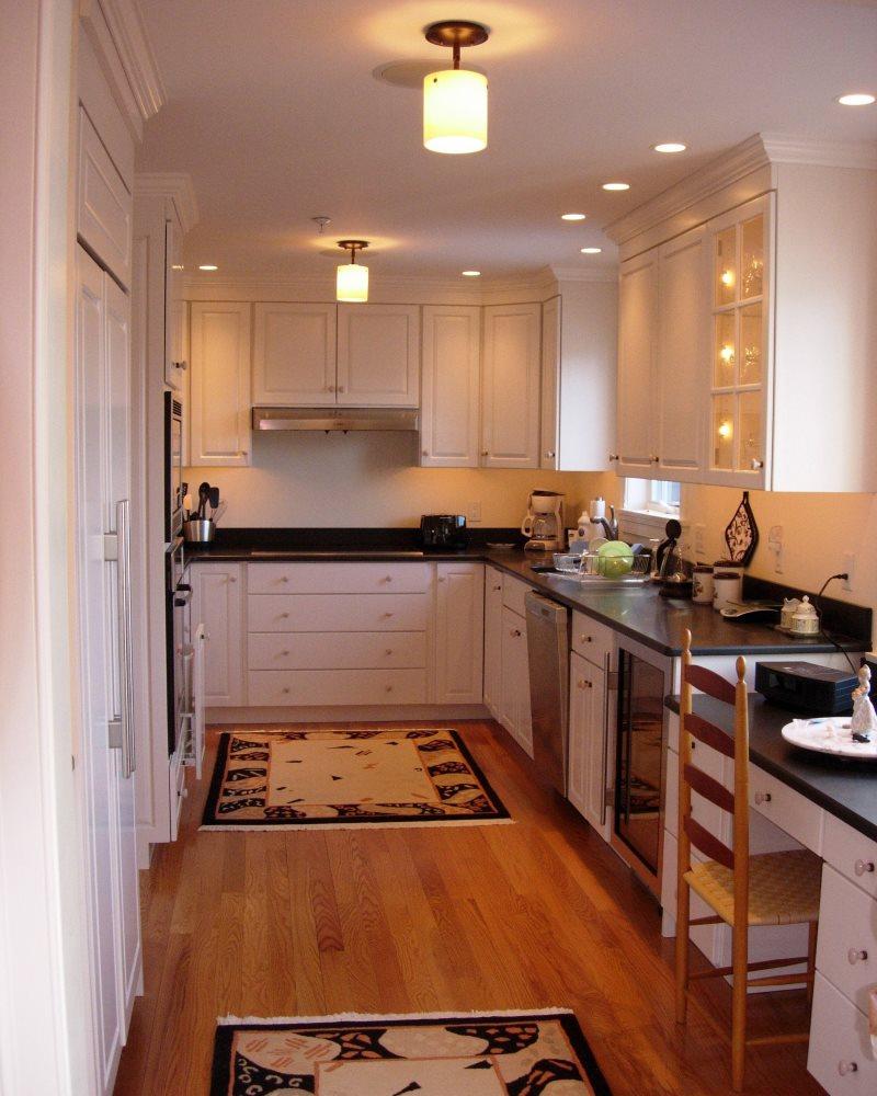 Осветительные приборы на потолке узкой кухни