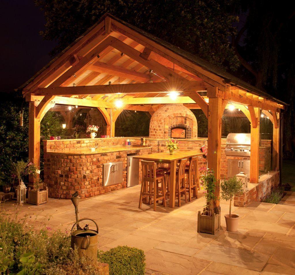 Яркое освещение летней кухни в ночное время суток