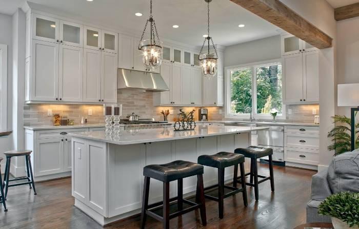Кухня с высоким потолком.