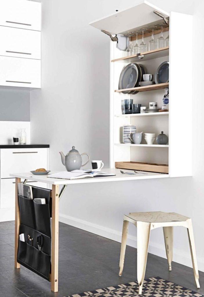 Откидной стол в рабочей зоне кухни