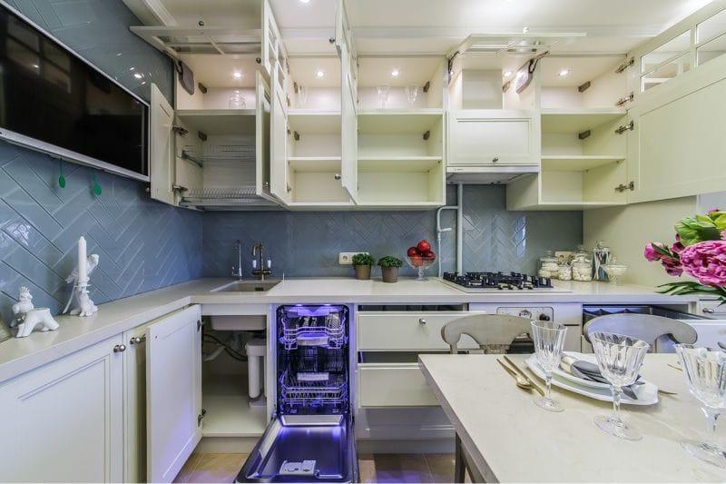 Открытые дверцы кухонной мебели