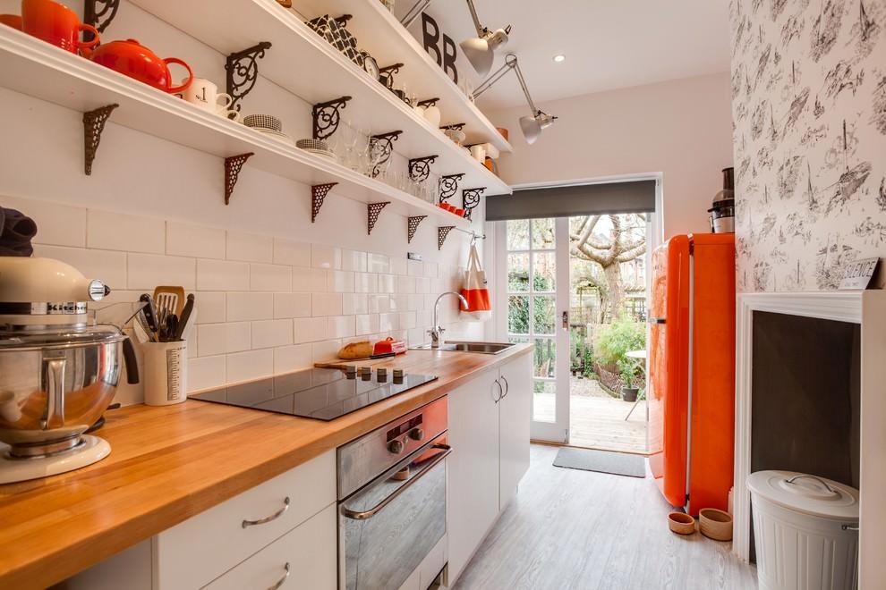 Кухонная посуда на открытых полках в узкой комнате
