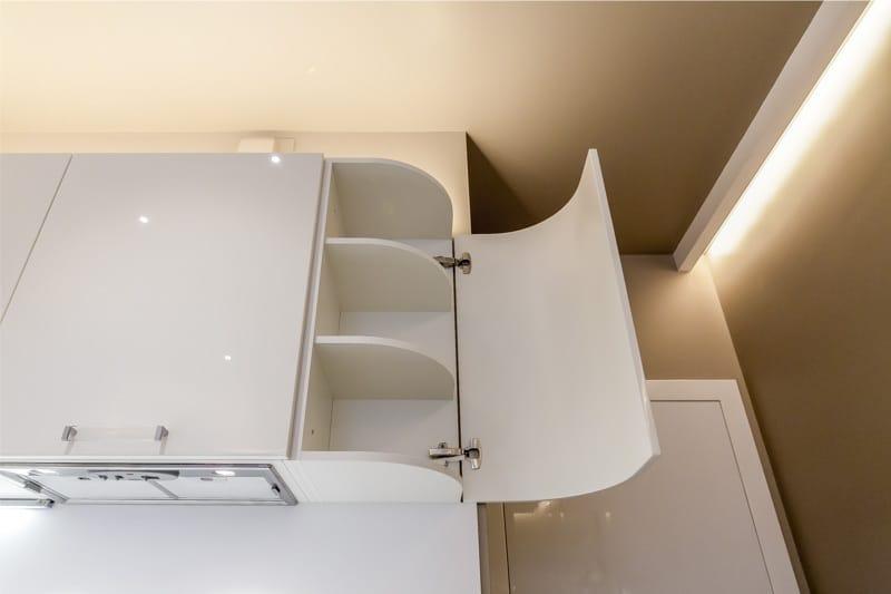 Открытая дверца кухонного шкафчика из крашенного МДФ