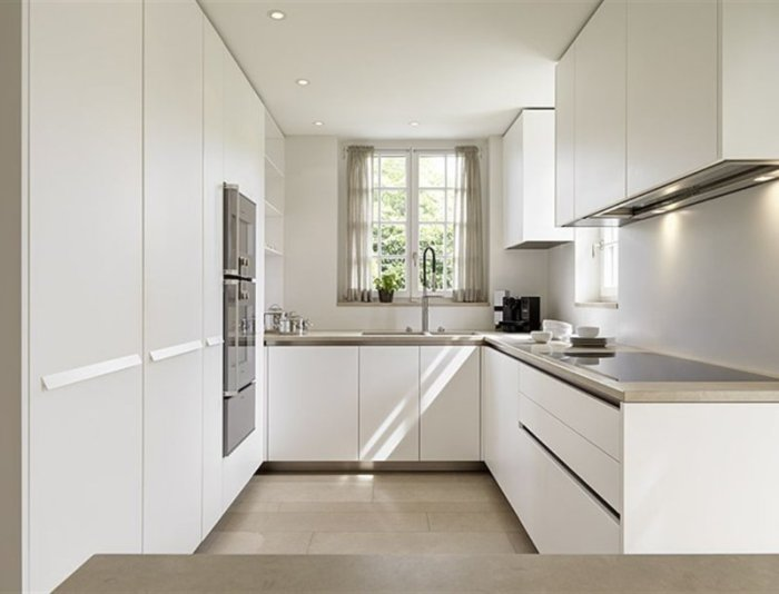 Кухонный гарнитур белого цвета.