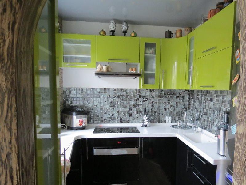 П-образный гарнитур в маленькой кухне хрущевки