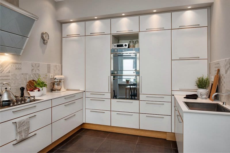 П-образный гарнитур в кухне-гостиной