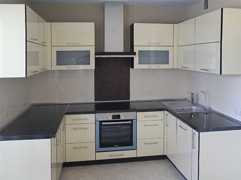 Светлый кухонный гарнитур П-образной конфигурации