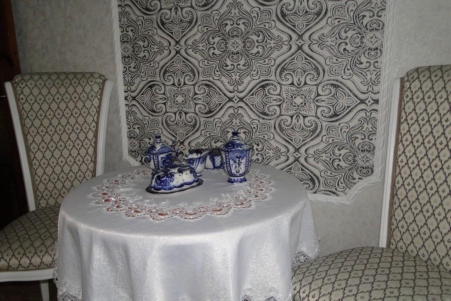Сочетание обоев на стене кухни с обивкой стульев