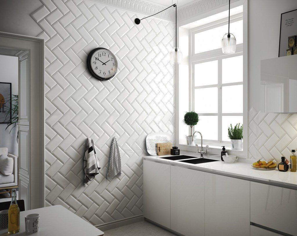 Круглые часы на стене кухни с отделкой из плитки