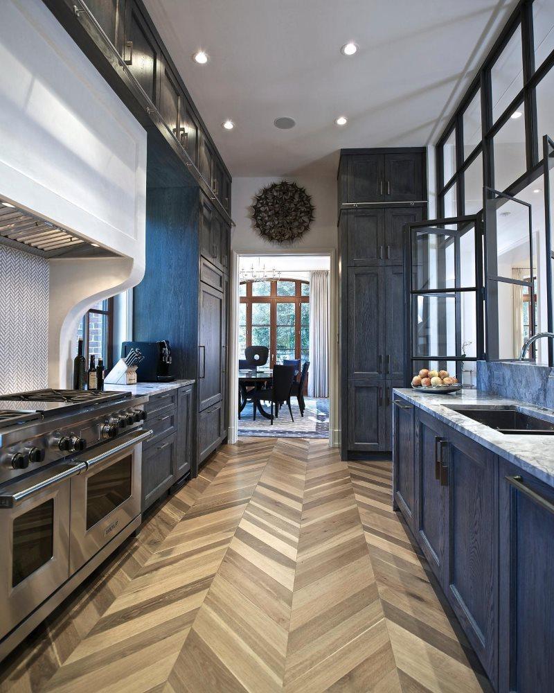 Паркетный пол в узкой кухне с синим гарнитуром