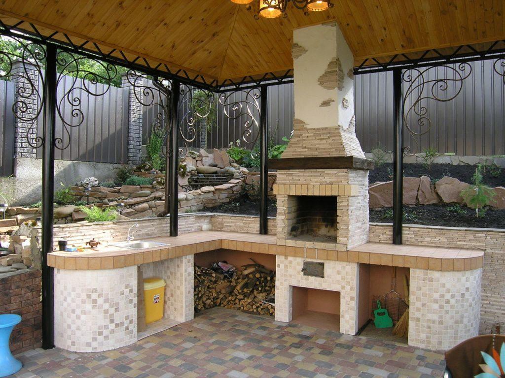 Кирпичный мангал в летней кухне без стен