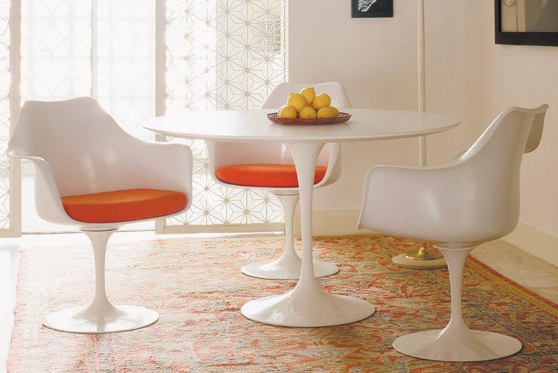 Белые стулья из качественного пластика для кухни