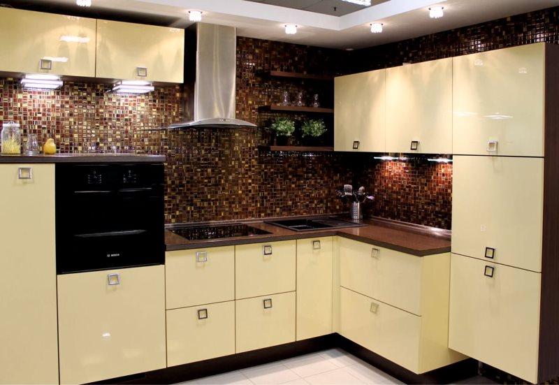 Темная столешница на светлых тумбах кухонного гарнитура