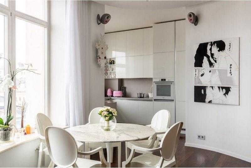 Белая мебель кухни с пластиковыми фасадами
