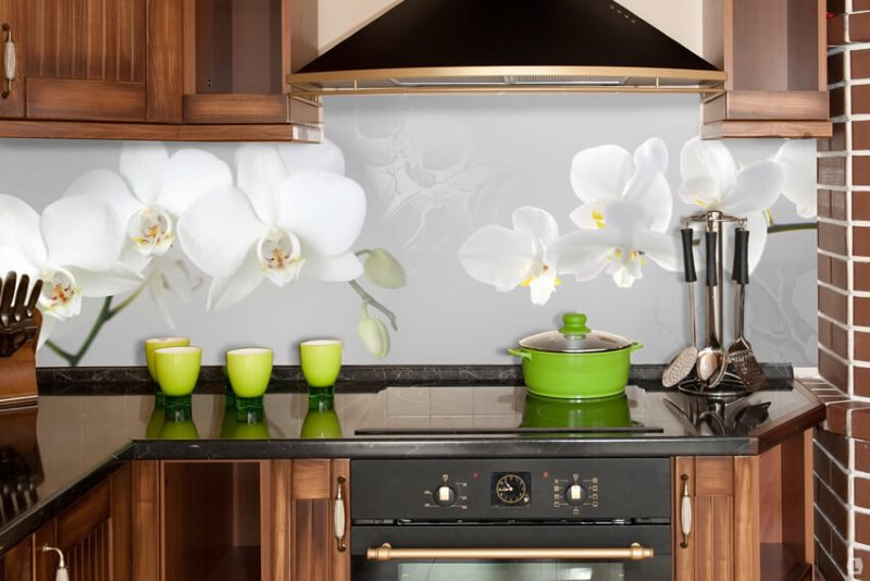 Крупные цветы на пластиковом фартуке кухни