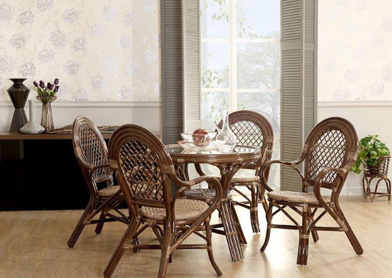 Плетенные стулья в обеденной зоне кухни