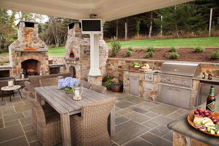 Плетенные кресла на площадке летней кухни