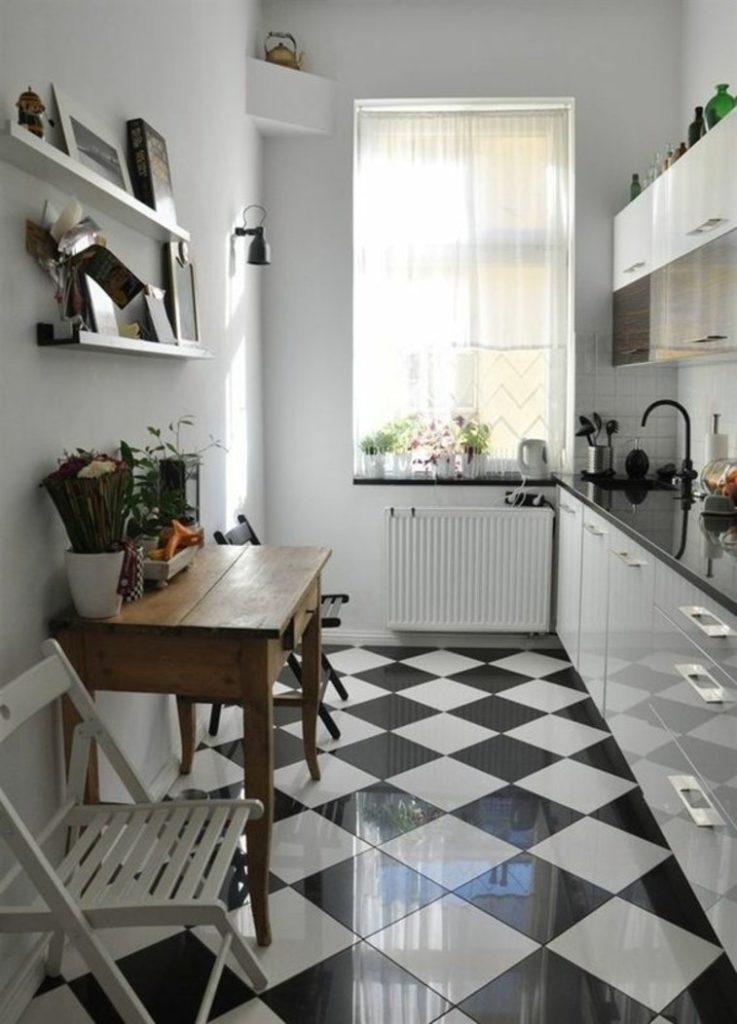 Диагональная укладка плитки на полу узкой кухни