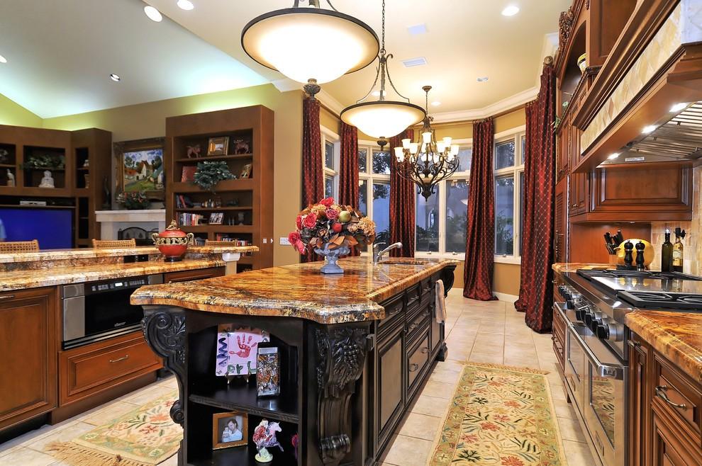 Прямые шторы на высоких окнах кухни