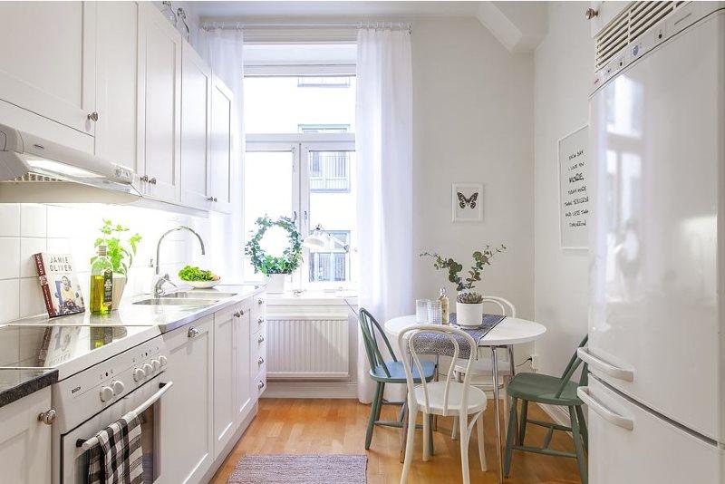 Белая мебель в узкой скандинавской кухне