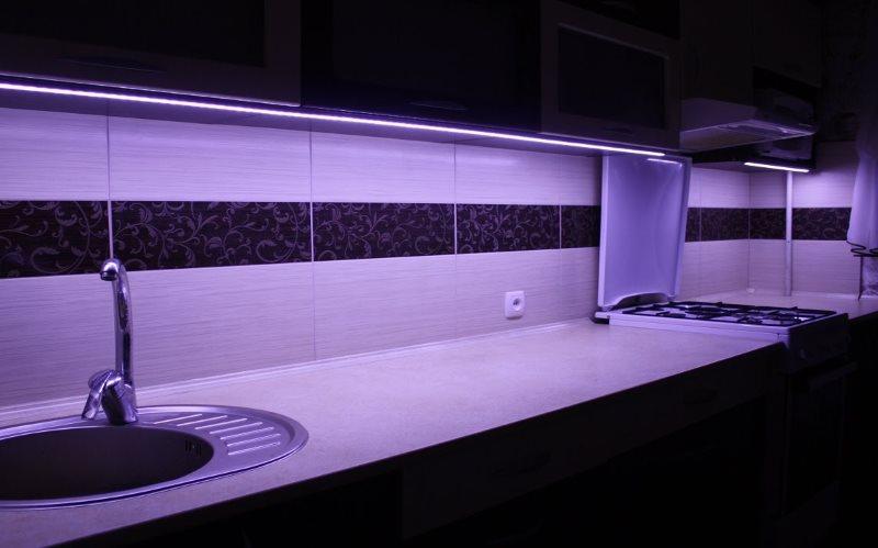 Светодиодная подсветка мойки и рабочего стола в кухне-гостиной