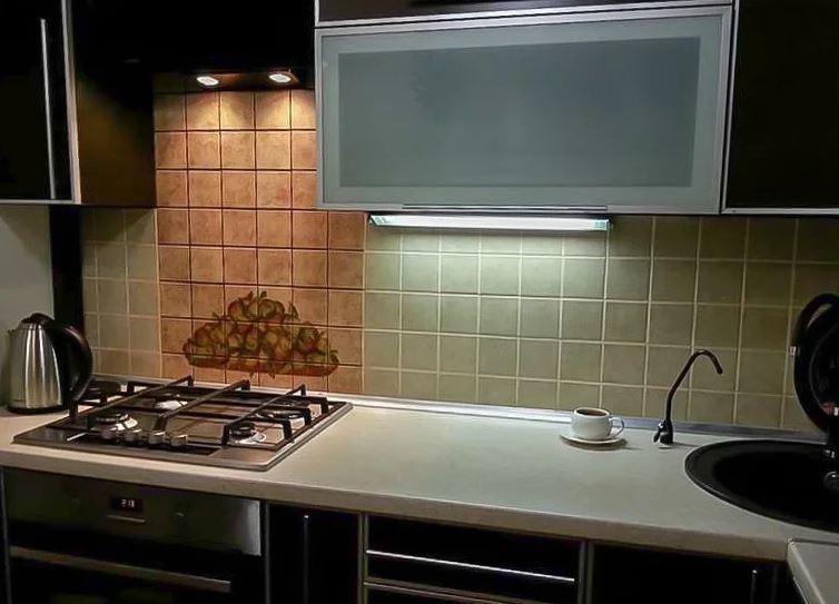 Подсветка варочной плиты встроенными в вытяжку светильниками