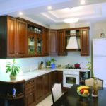 Классическая кухня с подсветкой потолка