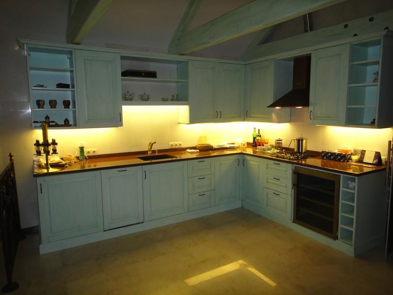 Яркая подсветка рабочей столешницы кухни