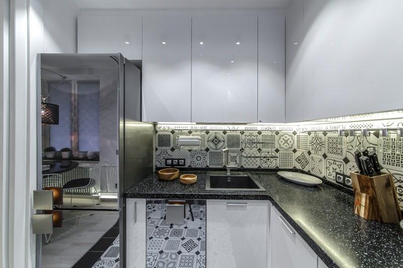 Светодиодная подсветка рабочих поверхностей в угловой кухне
