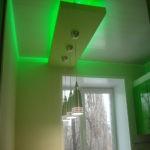 Зеленая подсветка потолка кухни диодной лентой