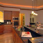 Оранжевая подсветка периметра кухонного потолка
