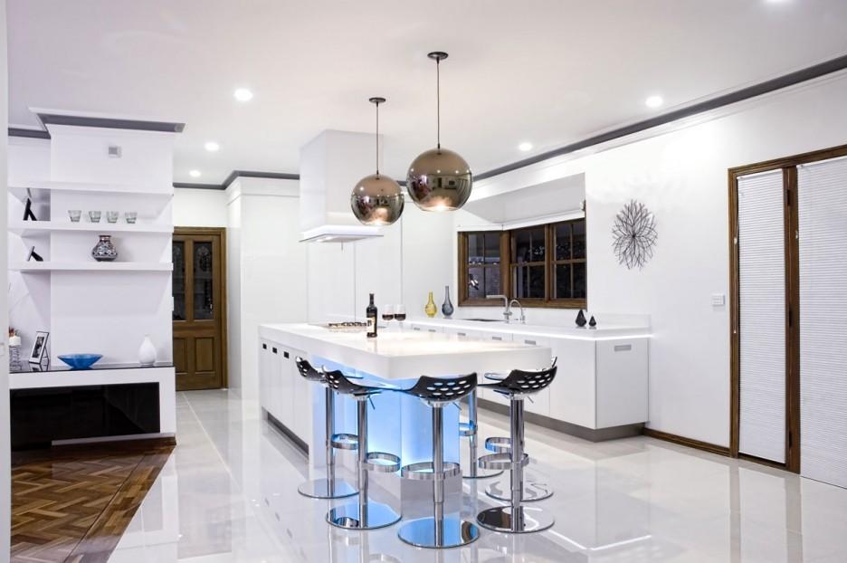 Светильники серебряного цвета в белой кухне