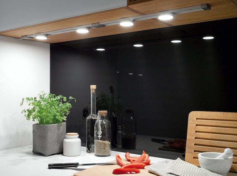 Черный фартук и световая планка на подвесном шкафчике