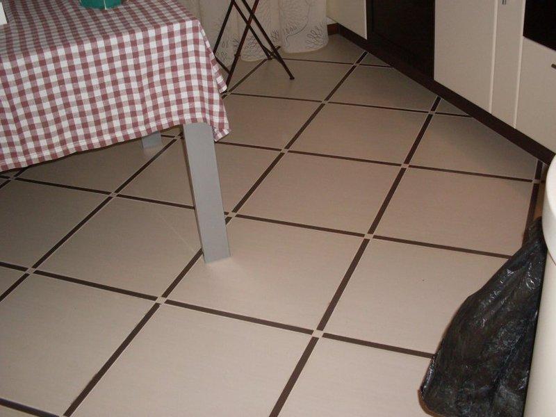 Керамический пол в кухне хрущевки