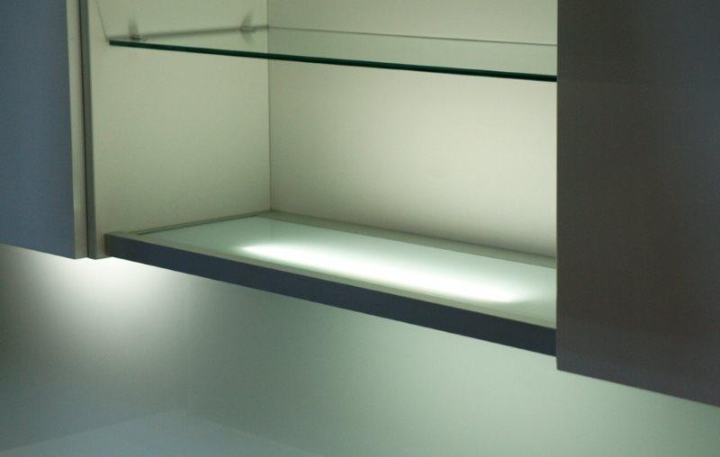 Стеклянная полка шкафа с декоративной подсветкой