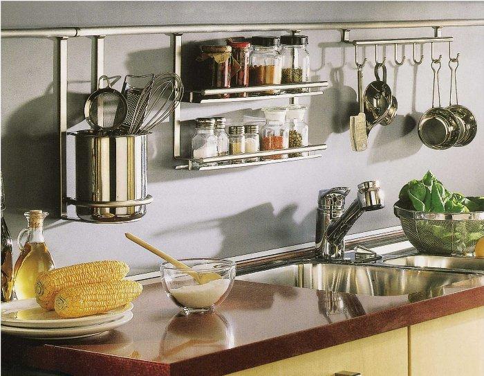 Полки на кухне.